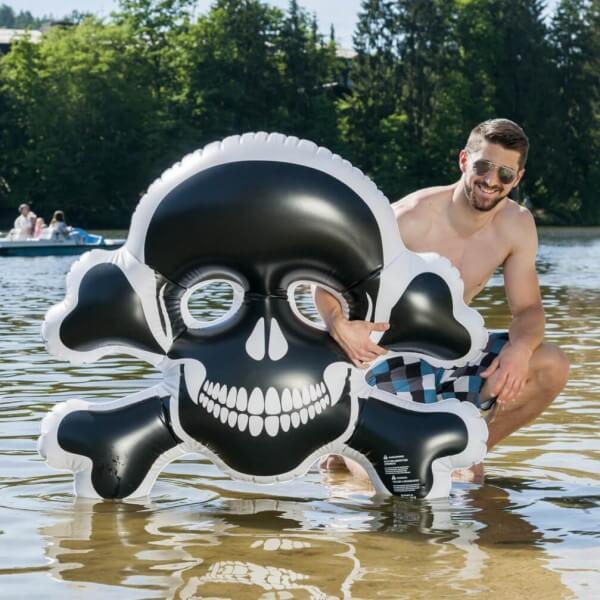 Aufblasbarer Schwimmtotenkopf